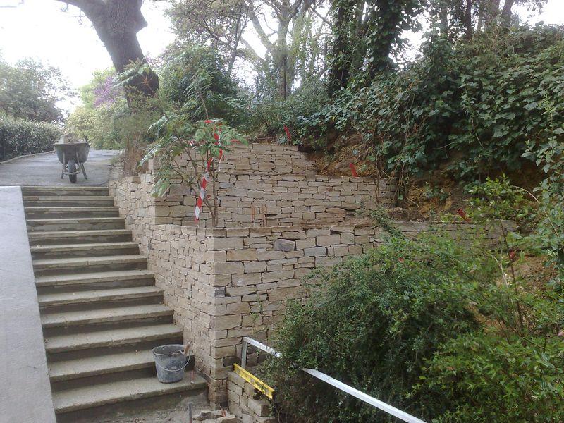 Jardinieres en gneiss de saint yriex escalier en travertin for Jardiniere en pierre seche