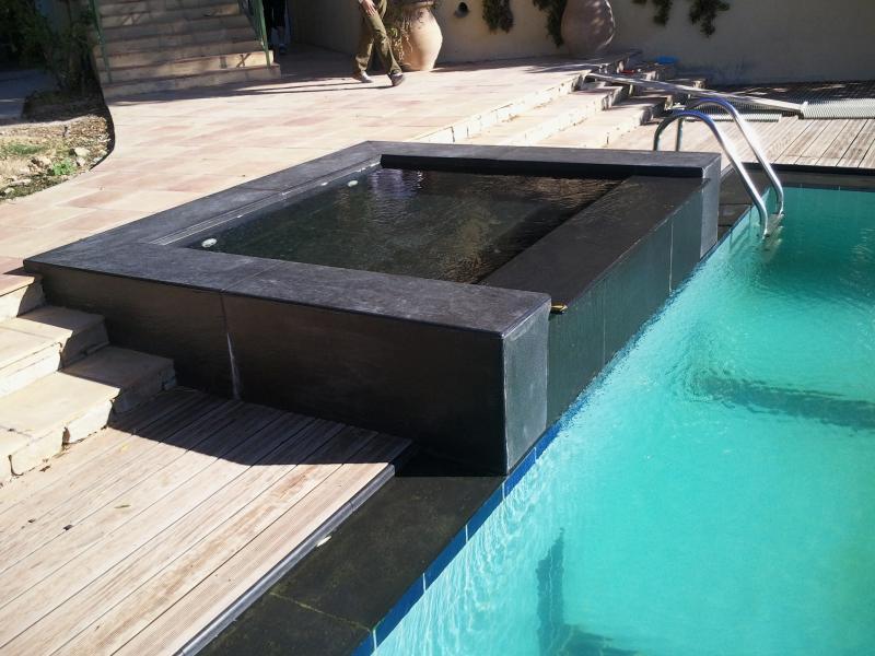 Piscine et terrasses modernes ma onnerie jardin for Piscine moderne photos