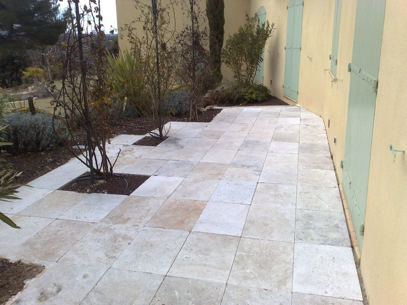 Terrasse en travertin en opus romain brignoles var for Pose dallage exterieur